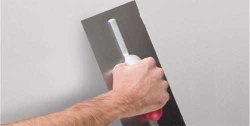 Rasatura, stuccatura di pareti e soffitti nuovi da verniciare o prima di applicare carta da parati o rivestimenti decorativi